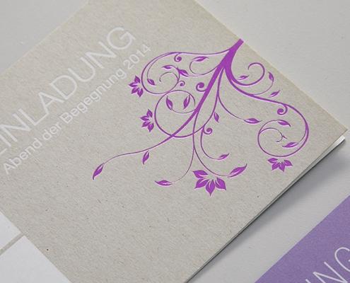 Einladungskarte mit lila blumen