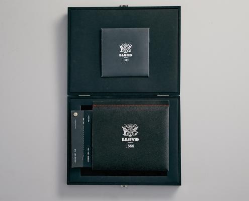 Schwarze Box mit Lloyd Produkten