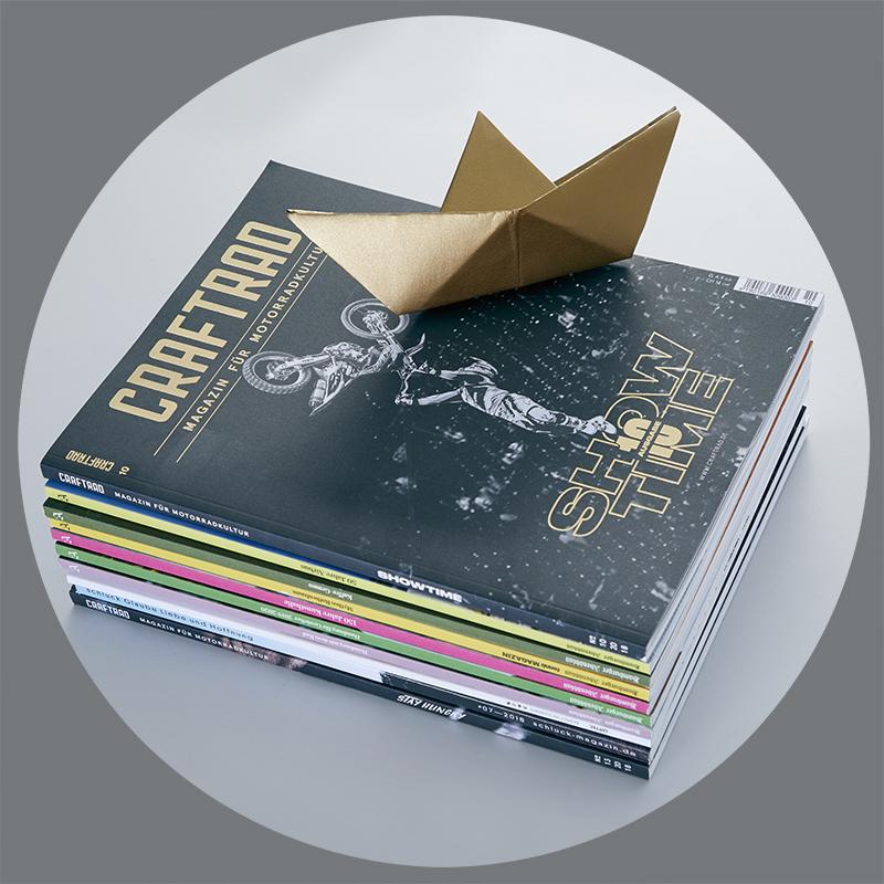 Stapel Magazine mit Papierboot
