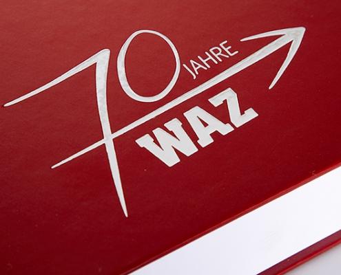 Weißer Druck auf rotem WAZ Buch