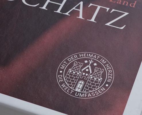 Ausschnitt braunes Buch mit Hamburg Wappen