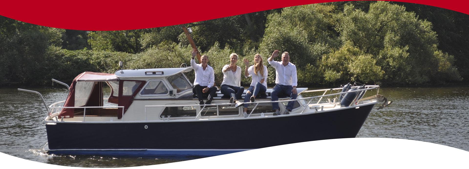 Mannschaft auf dem Boot sitzend und winkend