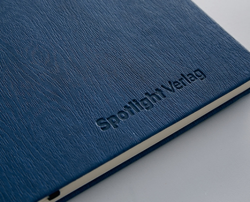 Blaues Buch mit Praegung